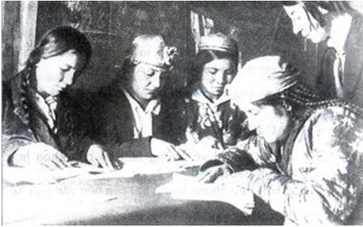 Một lớp học xóa mù chữ ở Liên Xô năm 1926