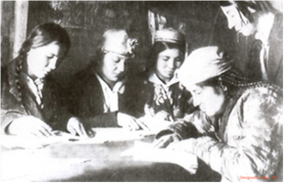 Hình 2: Một lớp học xóa mù chữ ở Liên Xô, năm 1926