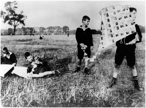 Hình 1: Lạm phát ở Đức năm 1920 – trẻ em dùng tiền làm diều giấy