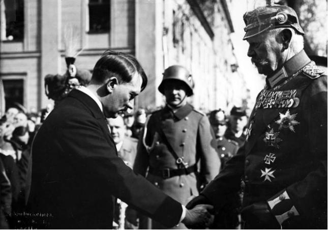 Hình 2: Tổng thống Hin đen bua trao quyền Thủ tướng cho Hit-le (30- 1- 1933)