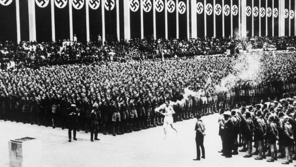 Hình 3: Cuộc duyệt binh kỉ niệm 5 năm ngày Hit-le lên cầm quyền