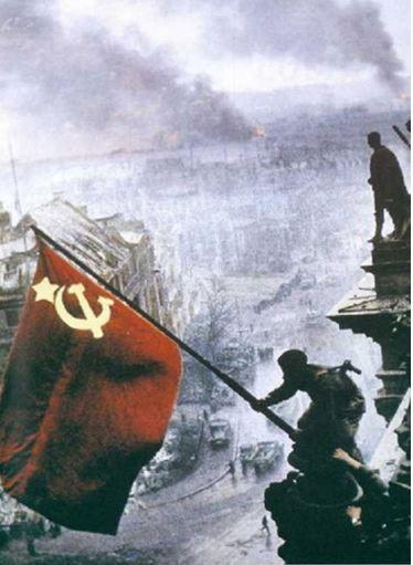 Hình 3: Hồng quân Liên Xô cắm cờ chiến thắng trên nóc tòa nhà Quốc hội Đức  ngày 9/5/1945