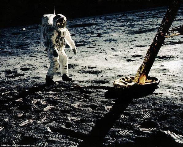 Hình 2: Con người đặt chân lên mặt trăng