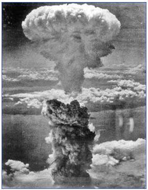 Hình 3: Quả bom nguyên tử ném xuống Nagasaki tạo ra một cột khói khổng lồ cao 18km
