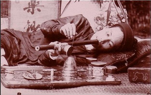 Hình 2: Người dân An Nam hút thuốc phiện