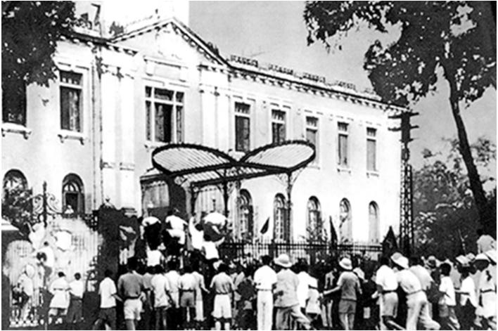 Hình 9: Quần chúng cách mạng chiếm Phủ Khâm sai (Hà Nội)