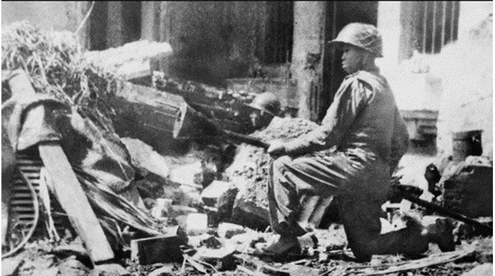 """Hình 3: """"Quyết tử quân"""" Hà Nội ôm bom ba càng đón đánh xe tăng Pháp"""