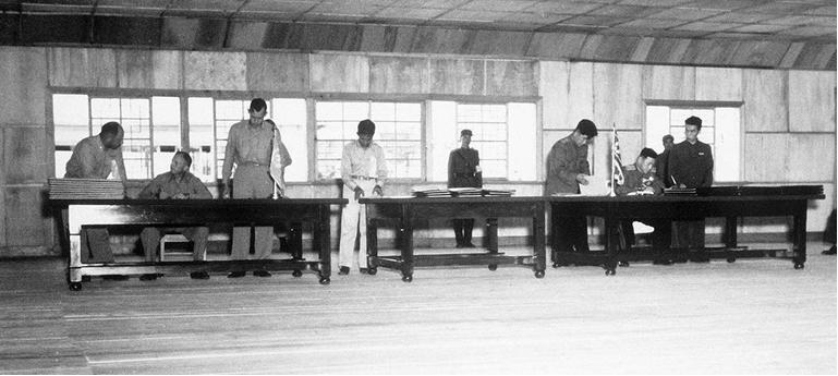 Hình 1: Lễ kí kết Hiệp định đình chiến tại Bàn Môn Điếm (tháng 7/1953)