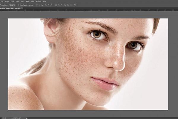 Mở bức ảnh muốn làm mịn da bằng Photoshop